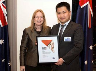 Jing Ming receiving his award